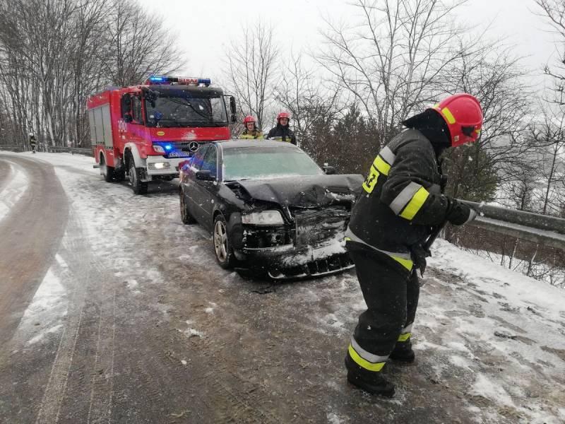 Czołowe zderzenie Audi i Fiata w Żegiestowie. Na drodze były utrudnienia w ruchu