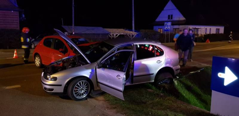 Wieczorny wypadek w Jazowsku. Dwie ranne osoby trafiły do szpitala