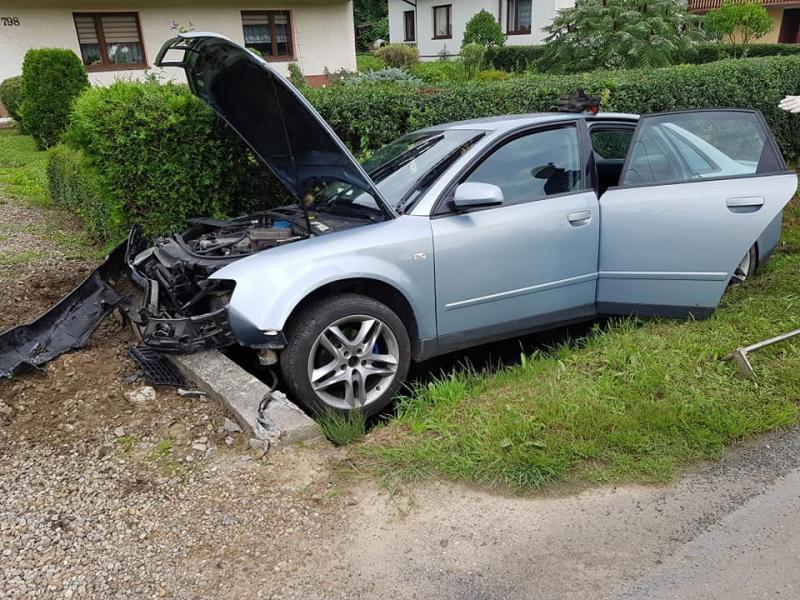 Fatum wisi nad Ropą! Auto skosiło znak i uderzyło w przepust [ZDJĘCIA]