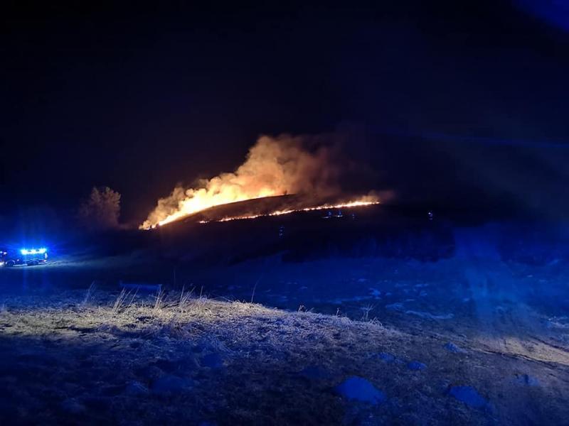 płoną suche trawy, fot. PSP w Nowym Sączu/OSP Stary Sącz