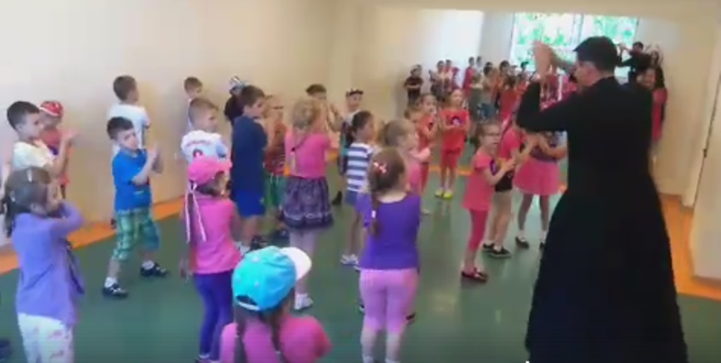 Tańczący ksiądz z Piątkowej zrobi furorę w sieci?