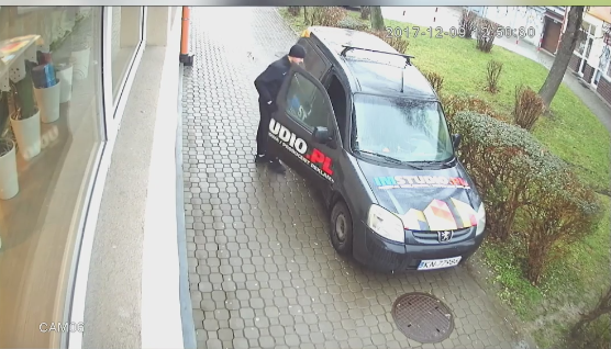 """Sami upoważniali złodzieja do kradzieży? """"Gwizdnął"""" kamerę cofania z otwartego auta [WIDEO]"""