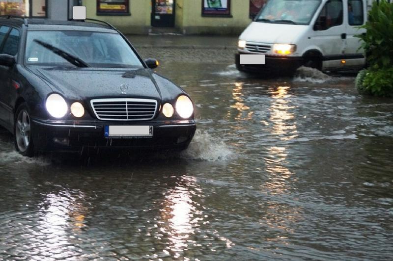 Nad Limanową i Nowym Sączem przeszła ulewa. Zalane drogi i budynki