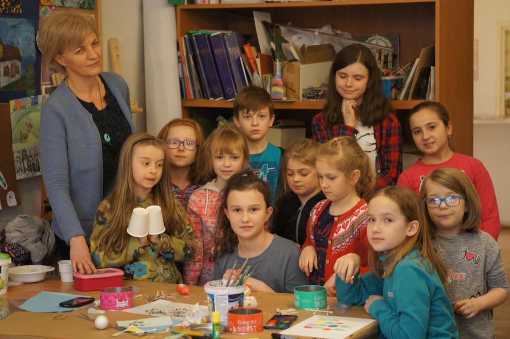Agata Broniszewska z dziećmi podczas zajęć w pracownii plastycznej