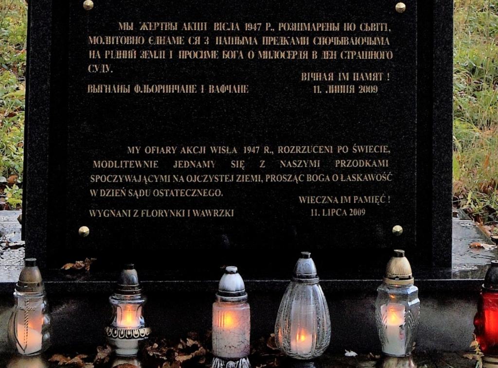 Tablica z pomnika-krzyża na cmentarzu we Florynce