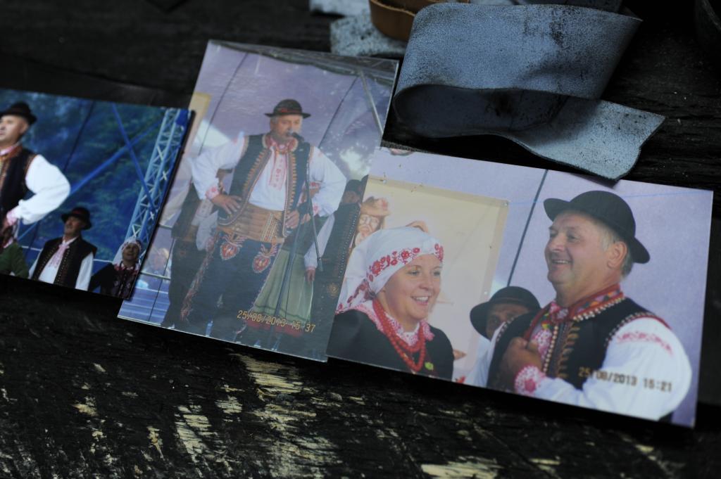 Grzegorz Maślejak jest nie tylko rzemieślnikiem. UDziela się społęcznie, bierze udział w wyborach, tańczy i śpiewa w zespole regionalnym.