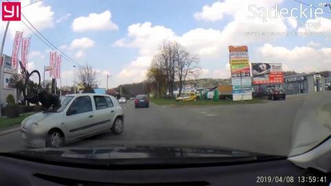 Dramatyczny wypadek na ul. Tarnowskiej. Rowerzysta wylądował na szybie auta