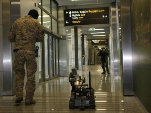 Bomba na krakowskim lotnisku? Pirotechnicy w akcji