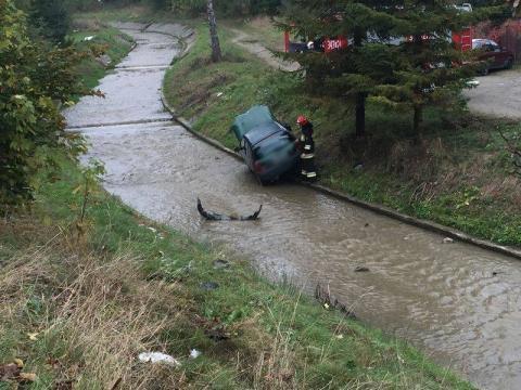 Mszana Dolna: Zostawiła samochód na parkingu, znalazła go w rzece