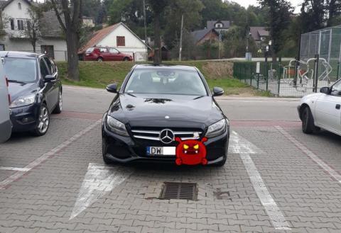 Szczyt arogancji? Zablokować jednym autem cały parking