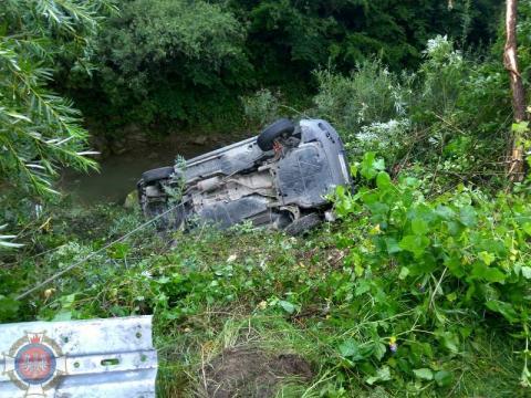 Samochód zjechał z jezdni i wpadł w przepaść. Kierowca trafił do szpitala