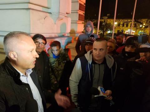 Prezydent Ludomir Handzel rozmawia z kibicami Sandecji, fot. Iga Michalec