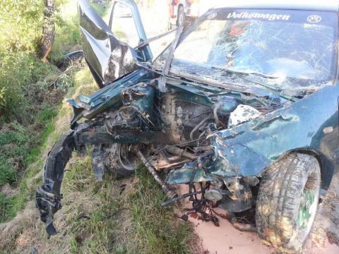 Wypadek w Brunarach. Siła uderzenia wyrwała silnik, który przeleciał 15 metrów. Dwie osoby ciężko ranne trafiły do szpitala