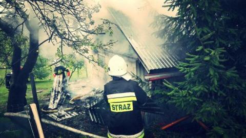 W Pasierbcu płonął budynek gospodarczy. Spaliło się drewno i zboże