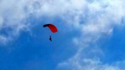 Spadła z nieba zgodnie z prawem? Kto odpowiada za wypadek 17-latki, która skakała ze spadochronem?
