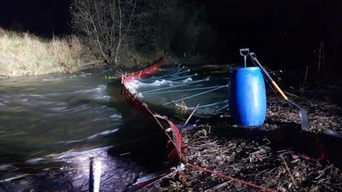 Skażenie rzeki trującą substancją w Chyszówkach. Trwa walka z czasem