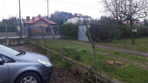 """Auto wyklepiesz, ale dziecka się nie wskrzesi! A ogrodzenie przy szkole """"wisi na włosku""""!"""