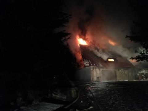 Palił się dom w Obidzy. Przez sześć godzin 68 strażaków walczyło z ogniem [ZDJĘCIA]