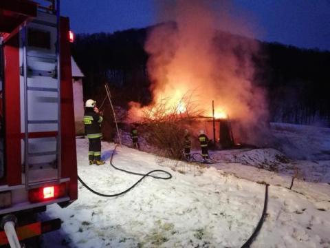 Paliła się stodoła w Witowicach. Strażacy musieli pracować w ekstremalnych warunkach