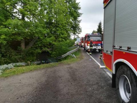 Ciężarówka zmiotła z drogi samochód osobowy. Ranna kobieta trafiła do szpitala