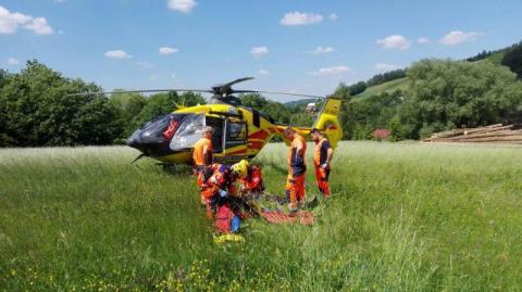 Paralotniarz spadł na ziemię. Ratownicy wzywali śmigłowiec aż z Sanoka
