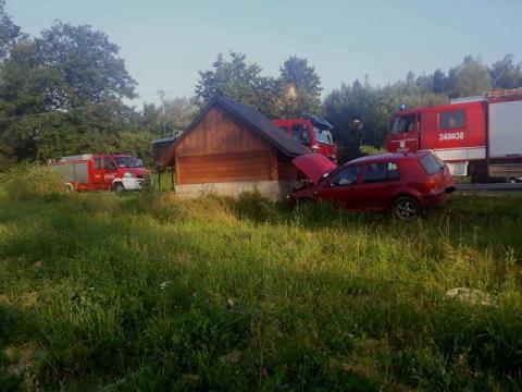 Wypadek w Łęce. Uderzył w przystanek autobusowy i uciekł z miejsca