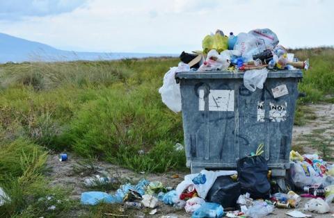 Chciał się pozbyć śmieci. Policjanci wręczyli mu drogi upominek