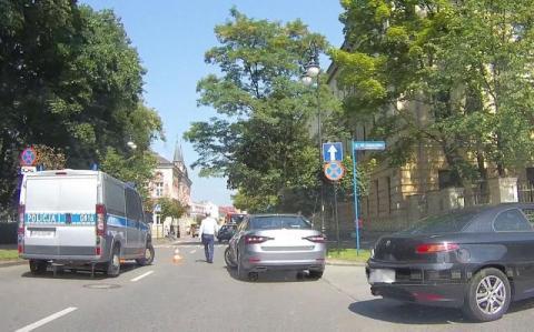 Na ul. Długosza zderzyły się osobówki. Dwoje dzieci trafiło do szpitala