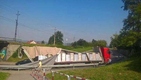 Z ostatniej chwili: ul. Węgierska zablokowana. Tir zaklinował się pod wiaduktem