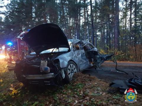 Mokra Wieś: samochód uderzył w drzewo. Młodzi mężczyźni trafili do szpitala