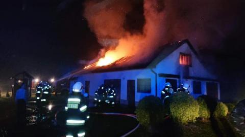 37 strażaków gasiło pożar w Lipinkach. Niestety budynek spłonął doszczętnie