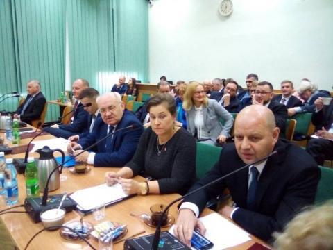 Sesja powiatu jak ekspres. Z miejsca klepnęli pensję starosty i składy komisji