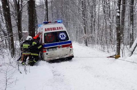Wyścig ze śmiercią. Zrozpaczeni czekali na ratunek. Karetka utknęła w śniegu