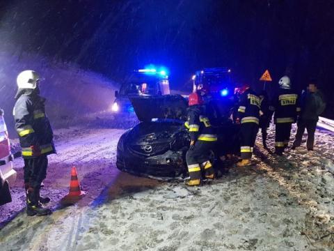 Wpadł w poślizg i zderzył się czołowo z innym samochodem. Aż trzy osoby ranne