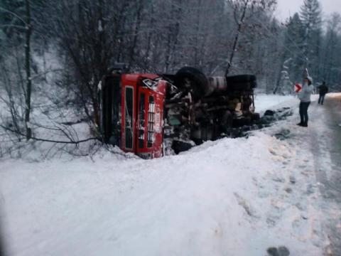 Ciężarówka leżała na boku. Dziecko trafiło do szpitala