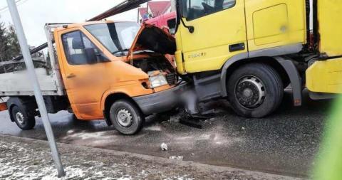 Wypadek na drodze krajowej. Ciężarówka zderzyła się z osobówką i dostawczakiem