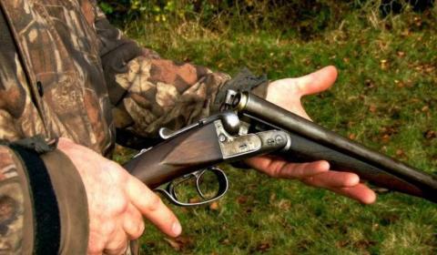 Krwawe polowanie w gminie Grybów. Mężczyzna został postrzelony w głowę