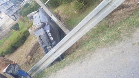 Dachowanie BMW w Lipnicy Wielkiej. Samochód zatrzymał się w rowie