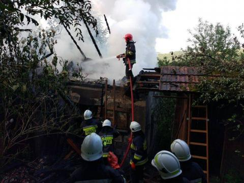 48 strażaków gasiło ten jeden dom w lesie! To nie był zwykły pożar [ZDJĘCIA]
