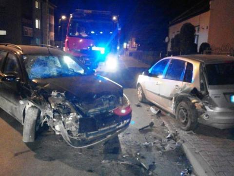 Kraksa na ul. Paderewskiego. Uderzył w zaparkowany samochód i uciekł