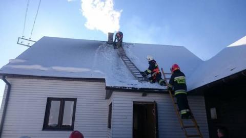 Spadł z dachu, bo chciał ugasić sadzę płonącą sadzę