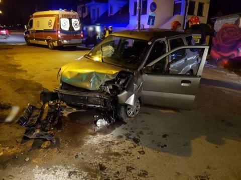 Subaru zjechało z drogi i uderzyło w ogrodzenie. Nie obyło się bez rannych