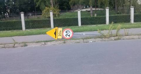 Nowy Sącz/Obrazki: Stłuczki nie było a znak leży, czyli głupich nie sieją…