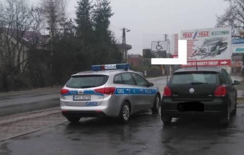 """Radiowóz i znak """"dla niepełnosprawnych"""" po raz trzeci. Policja wyjaśnia, kto złamał prawo"""