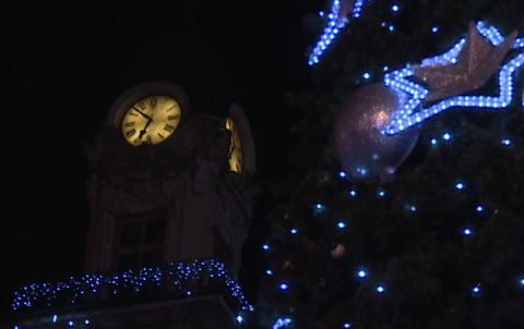 Zegar ratusza w otoczeniu dekoracji świątecznych