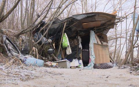 Szałas w którym mieszka bezdomny