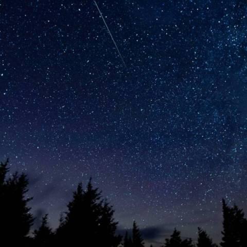Perseidy. Deszcz meteorów, noc spadających gwiazd. Fot. NASA