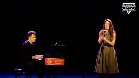 Sądeckie Młode Talenty: Bartek gra na fortepianie, Anita śpiewa. Łączy ich muzyka