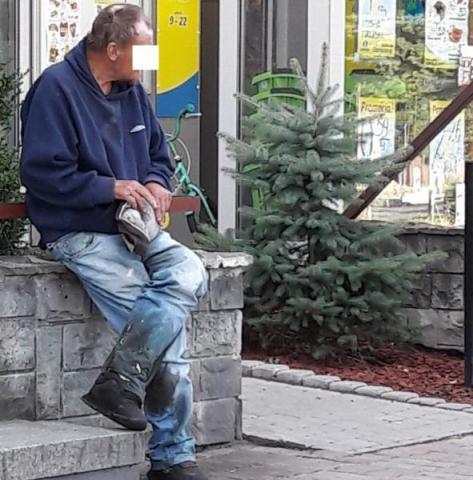 Prosi się o śmierć? Zaropiały i zakrwawiony bezdomny koczuje pod bankiem przy Freislera!