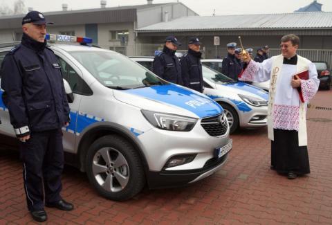 Kupili wypasione auta dla sądeckiej policji. Starosta wręczał, ksiądz kropił święconą wodą